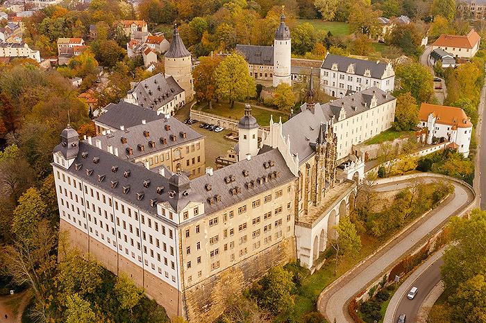Luftaufnahme des Burgberges mit dem Residenzschloss Altenburg zur Herbstzeit
