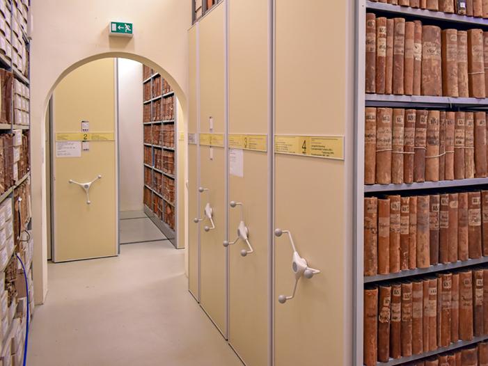 Magazinregale mit Archivgut