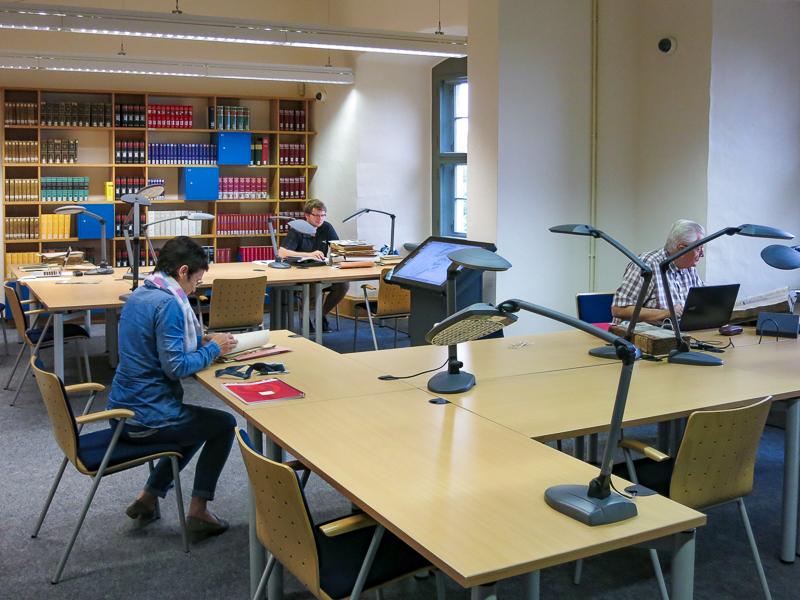 Lesesaal mit Benutzern und Bücherregal