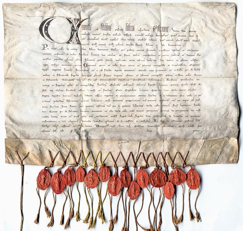 Mittelalterliche Urkunden mit zahlreichen roten Wachssiegeln
