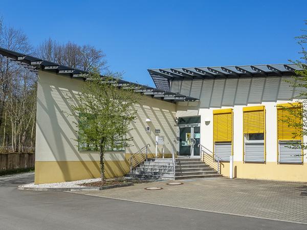 Gebäudeansicht mit Eingang