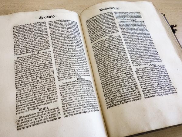 Aufgeschlagenes mitteralterliches Buch mit Text
