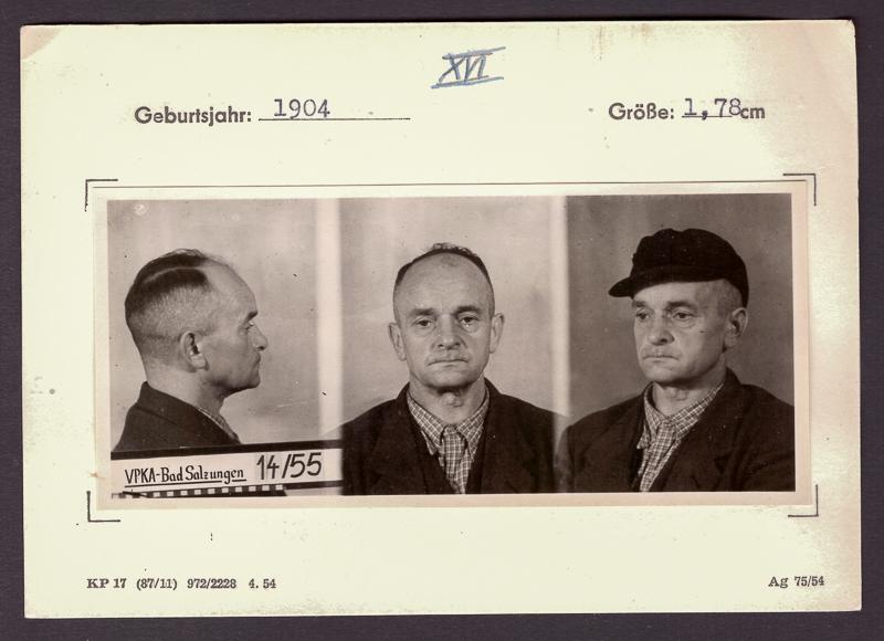 Karteikarte mit drei Bildaufnahmen eines Manne aus verschiedenen Winkeln