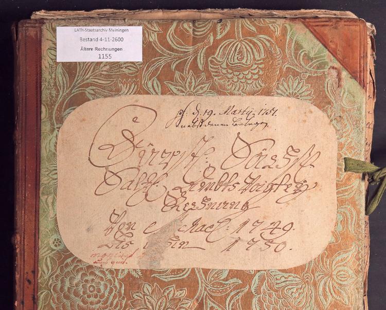 Vordere Umschlagseite eines alten Rechnungsbuches mit verschnörkelter Schrift