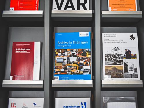 Regal mit verschienden Zeitschriften zum Thema Archivwesen