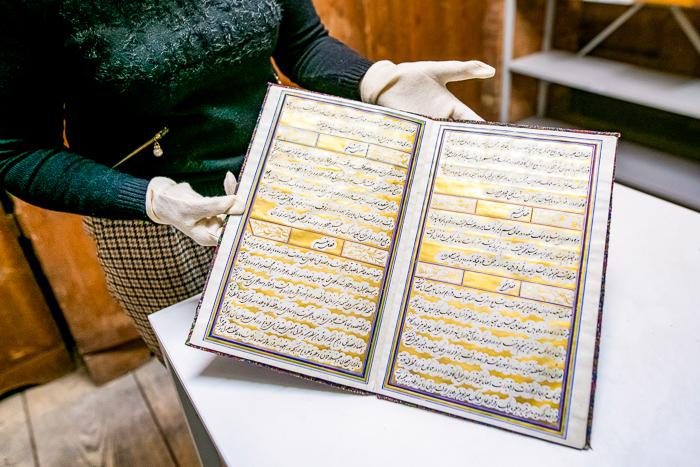 Doppelseitiges Dokument in arabischer Kalligraphie mit goldenen Verziehungen