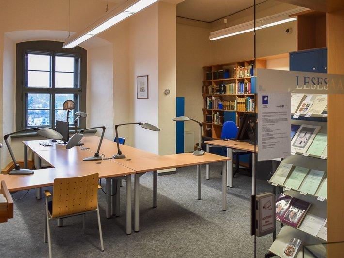 Lesesaal des Staatsarchivs Altenburg mit Tischen, Stühlen und Bücherregalen