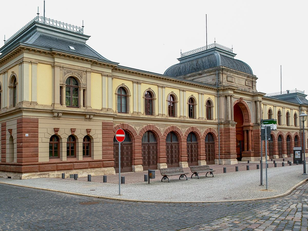 Ansicht der Fassade des Marstalls vom Kegelplatz aus