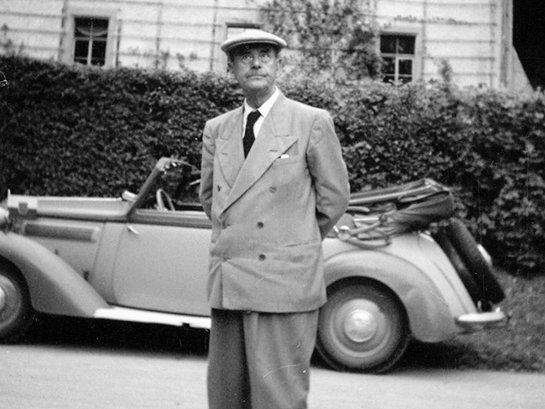 Thomas Mann vor Goethes Gartenhaus im Park an der Ilm Foto: Ernst Schäfer, Weimar