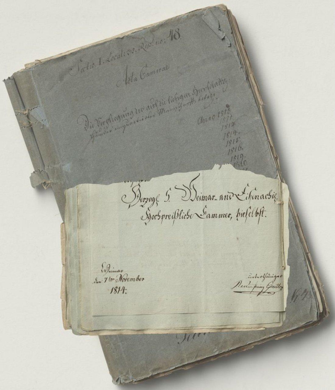 Untere Hälfte eines Briefes mit Unterschrift auf grau-blauem Umschlag der Akte mit Titel und Jahresangaben in Handschrift