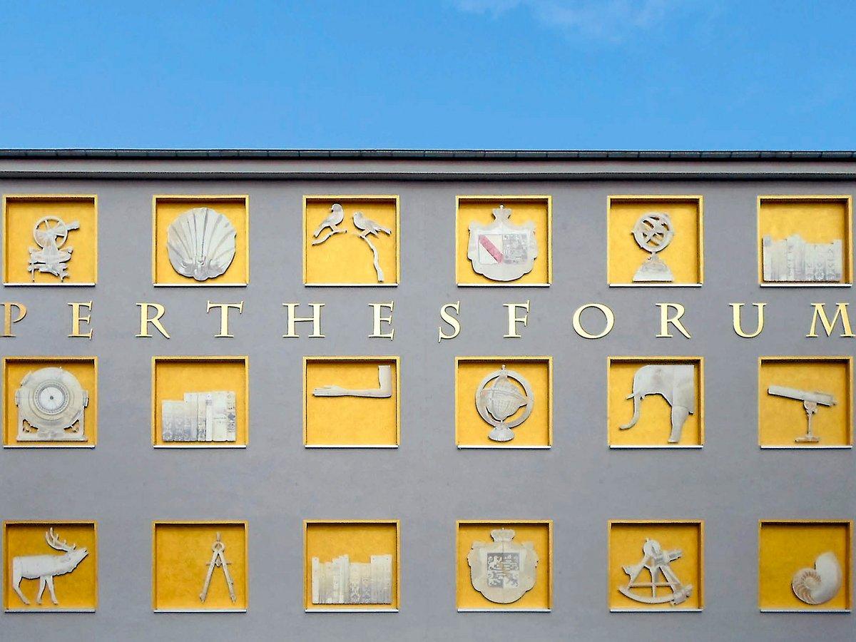 Detailaufnahme der Fassadengestaltug im Innenhof des Perthesforums