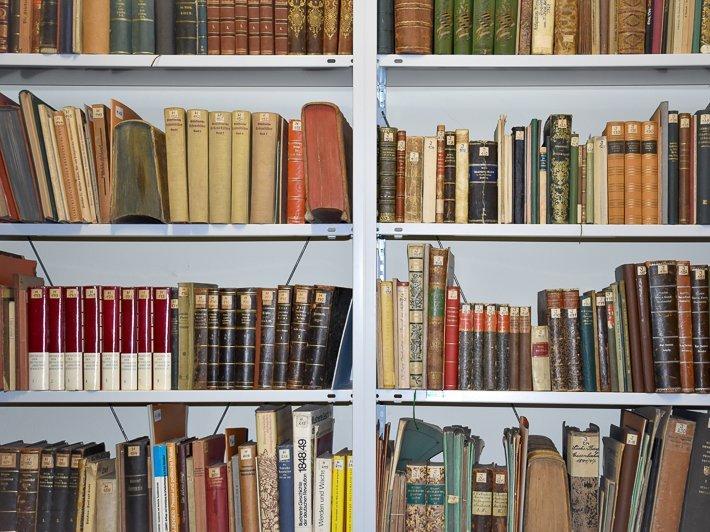 Wandregal mit Büchern gefüllt