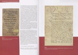 Ansicht des aufgeschlagenen Buches mit Text und Aktenreproduktionen
