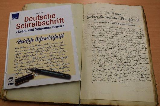 Akte mit deutscher Handschrift und Lehrbuch