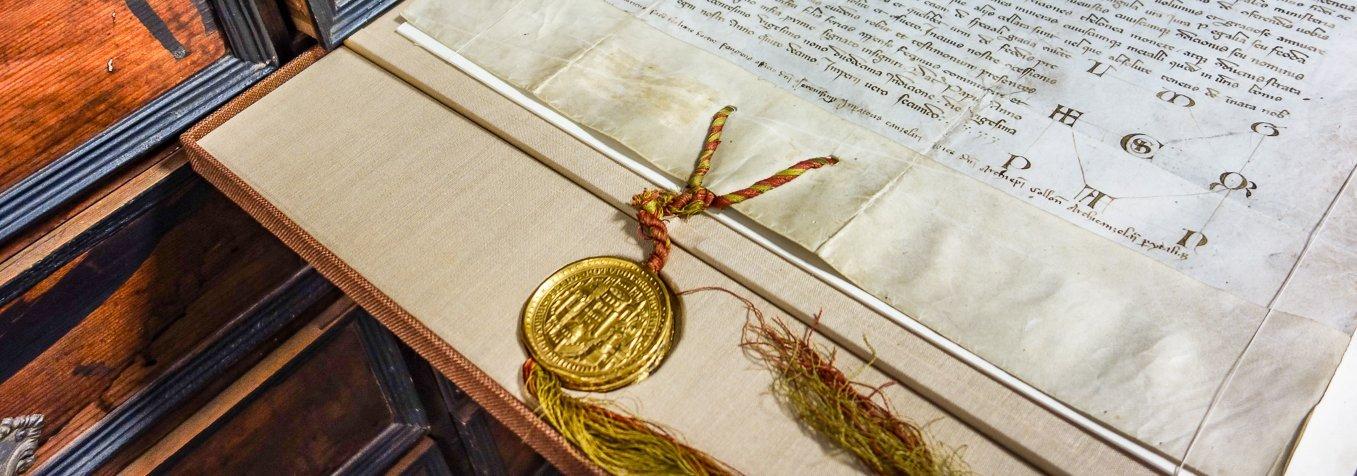 Mittelalterliche Urkunde mit goldenem Siegel