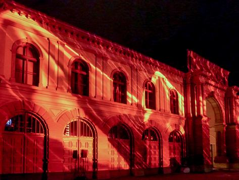 Fassade des Marstalls mit farbiger Videoprojektion